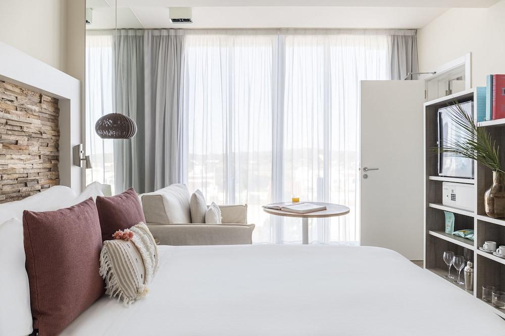 https://i.travelapi.com/hotels/1000000/570000/562200/562132/dcd08387_z.jpg