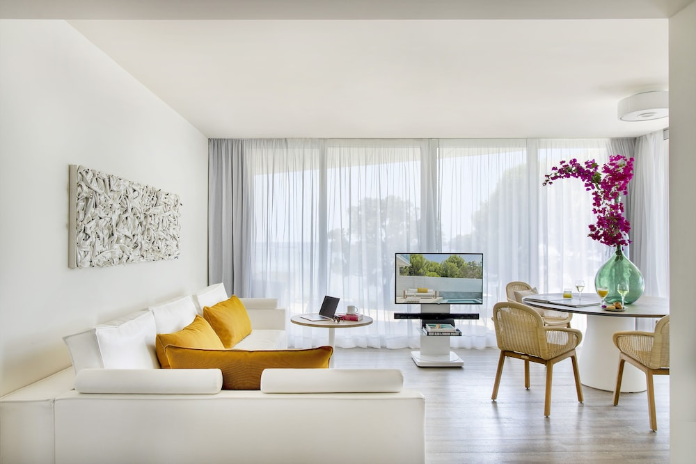 https://i.travelapi.com/hotels/1000000/570000/562200/562132/efbdf665_z.jpg