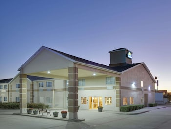 Exterior at Days Inn by Wyndham Mesquite Rodeo TX in Mesquite