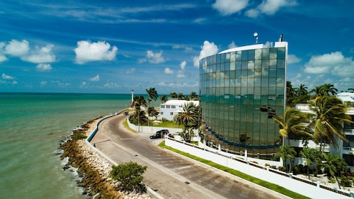 . Radisson Fort George Hotel and Marina