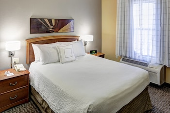 Guestroom at TownePlace Suites by Marriott Dallas Las Colinas in Irving