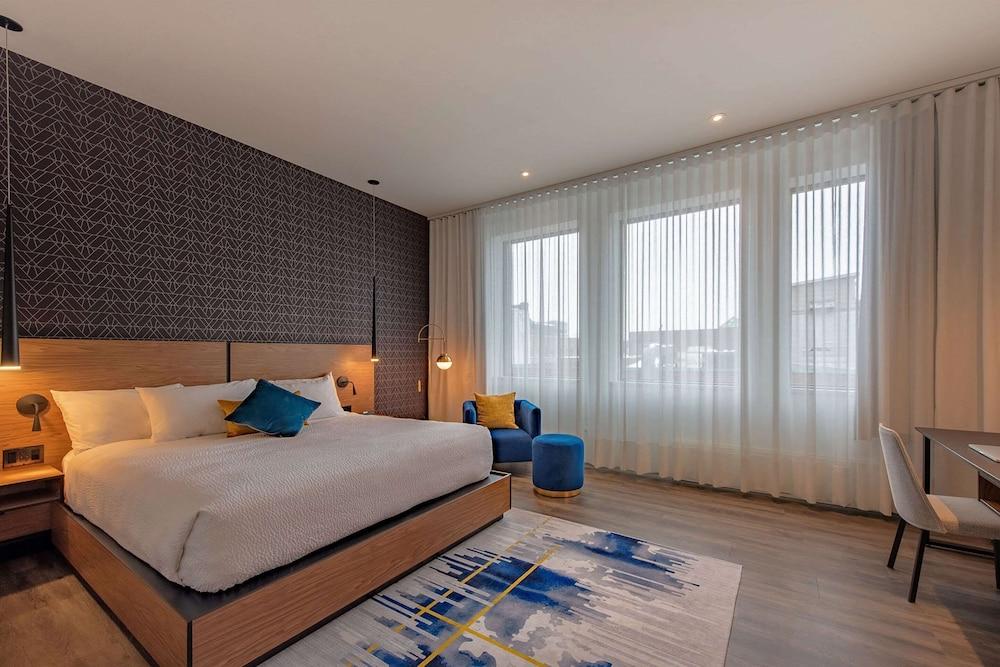 https://i.travelapi.com/hotels/1000000/570000/565100/565039/839d8a9f_z.jpg