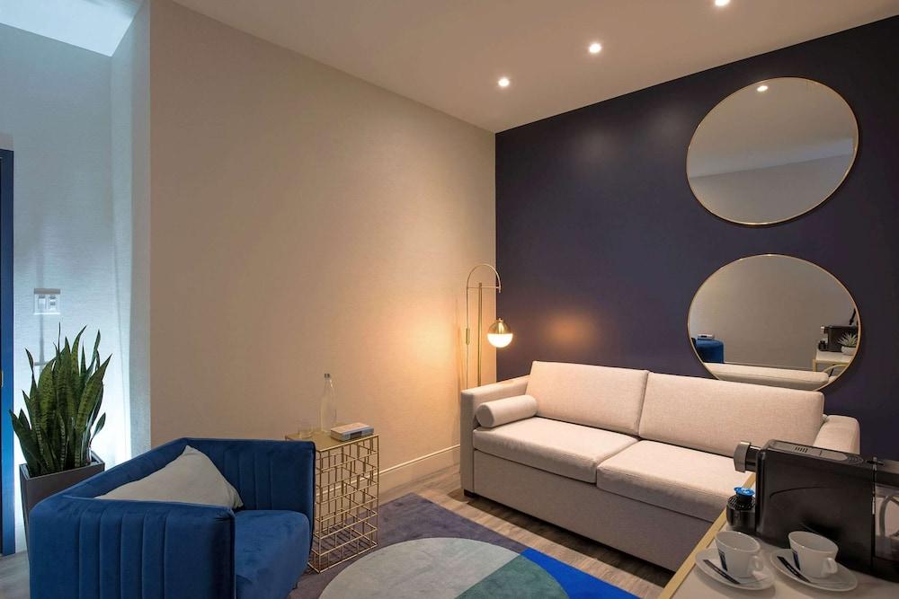 https://i.travelapi.com/hotels/1000000/570000/565100/565039/bd80426b_z.jpg