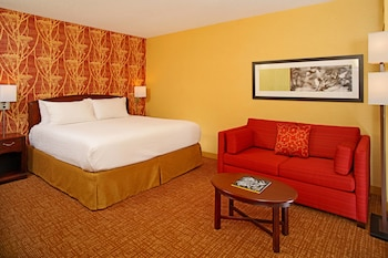 Guestroom at Courtyard by Marriott Baltimore Downtown/Inner Harbor in Baltimore