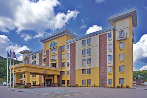 . La Quinta Inn & Suites by Wyndham Elkview - Charleston NE