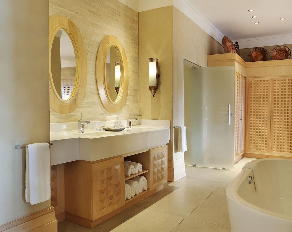 https://i.travelapi.com/hotels/1000000/580000/574000/573947/377dfe7c_z.jpg