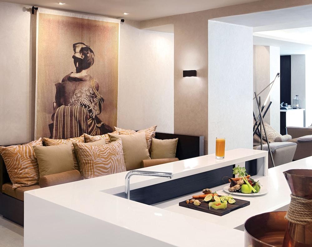 https://i.travelapi.com/hotels/1000000/580000/574000/573947/a53abdec_z.jpg