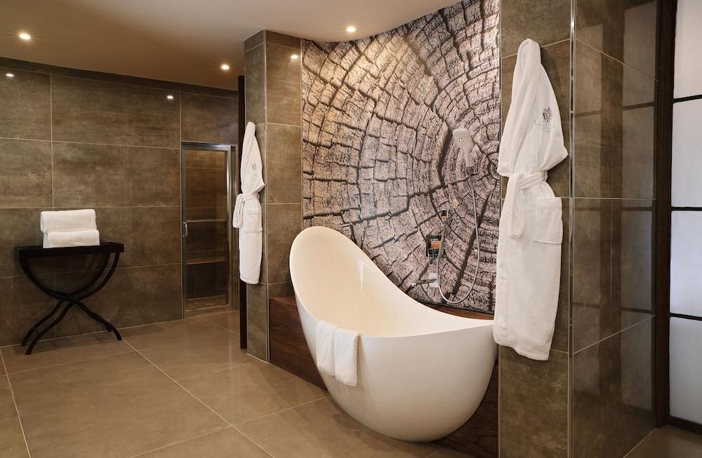 https://i.travelapi.com/hotels/1000000/580000/574000/573947/d6414aaa_z.jpg