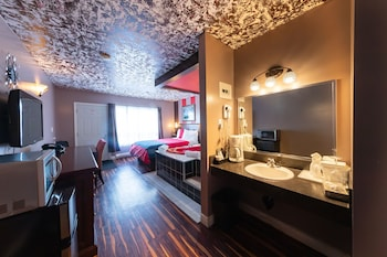 Suite, 1 Queen Bed, Jetted Tub, Courtyard View