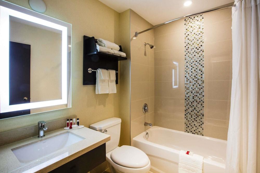 라마다 바이 윈덤 잭슨스 포인트(Ramada by Wyndham Jacksons Point) Hotel Image 13 - Bathroom