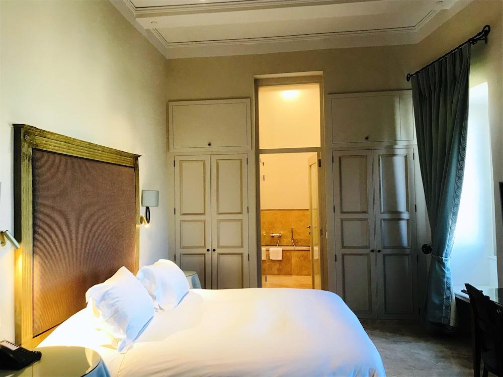https://i.travelapi.com/hotels/1000000/580000/579600/579563/23d4bd03_z.jpg