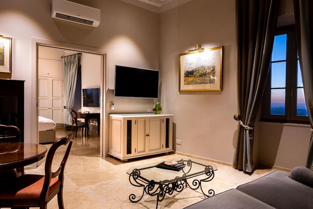 https://i.travelapi.com/hotels/1000000/580000/579600/579563/546b0610_z.jpg