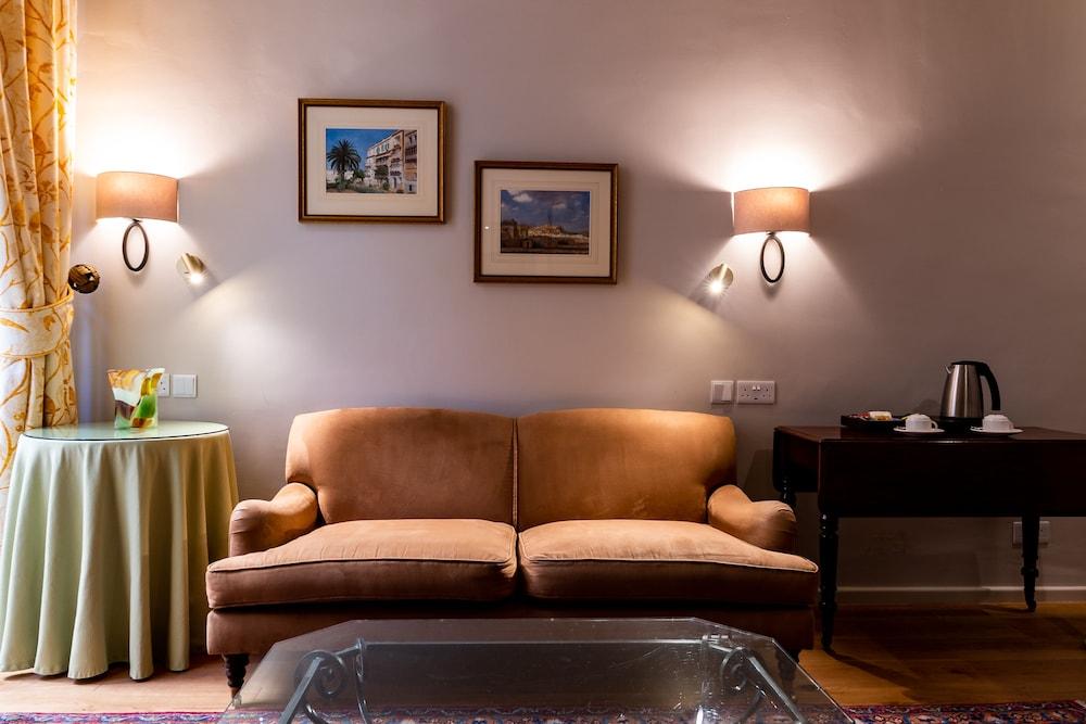 https://i.travelapi.com/hotels/1000000/580000/579600/579563/6b1d4c29_z.jpg