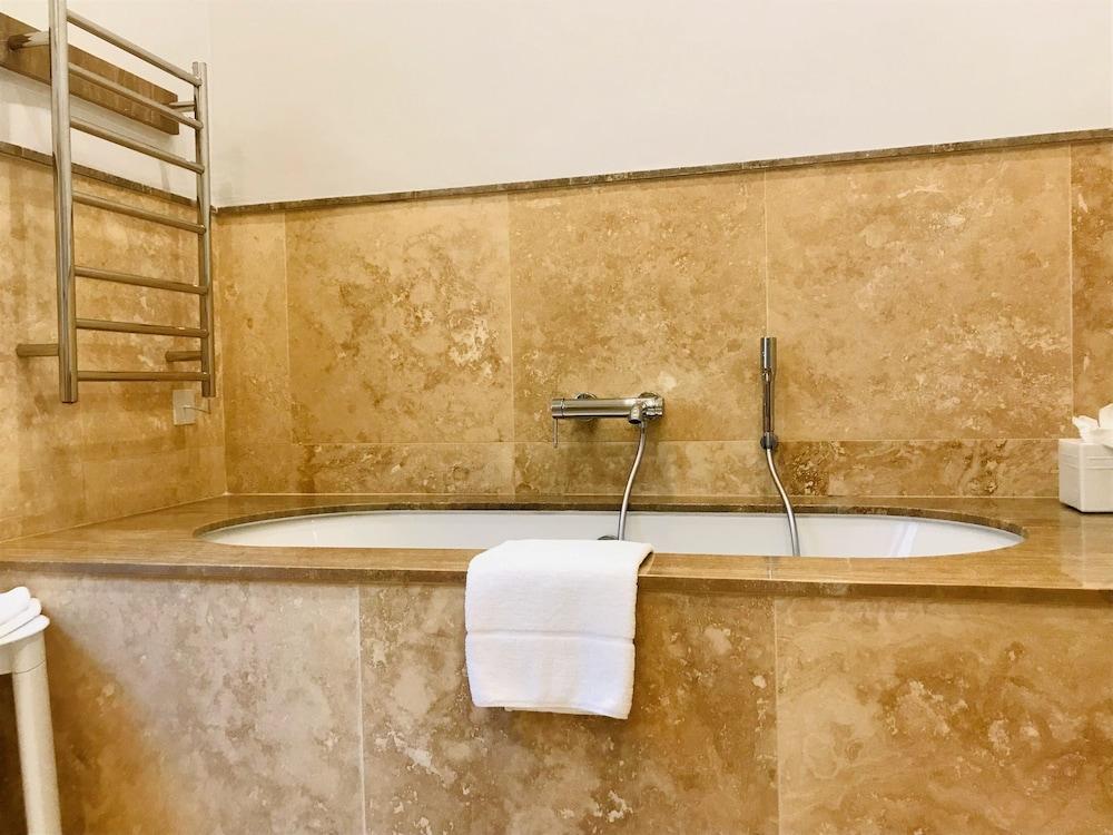 https://i.travelapi.com/hotels/1000000/580000/579600/579563/ab9e968c_z.jpg