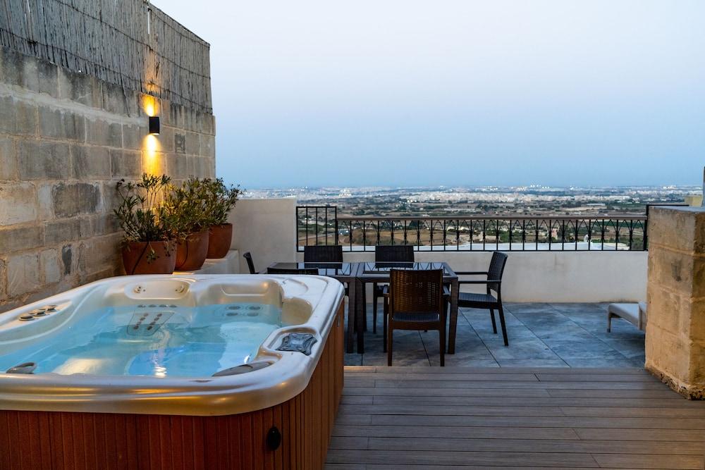 https://i.travelapi.com/hotels/1000000/580000/579600/579563/ad0d4f70_z.jpg