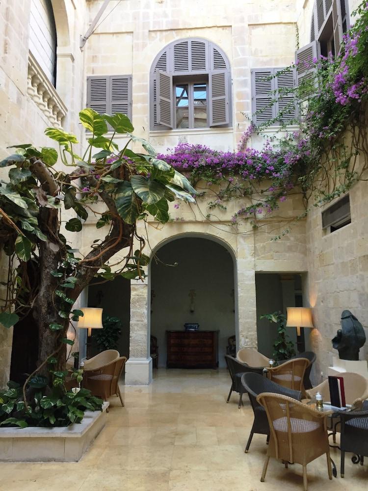 https://i.travelapi.com/hotels/1000000/580000/579600/579563/bd1ccee7_z.jpg