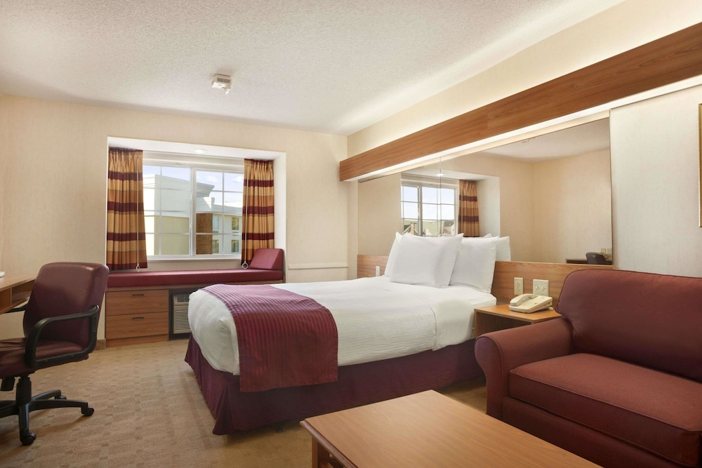 Suite : Suite, 1 Queen Bed, Accessible, Refrigerator 1 of 40