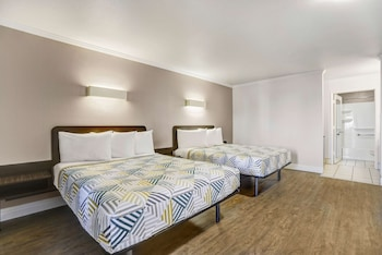 Deluxe Room, 1 King Bed, Non Smoking, Hot Tub
