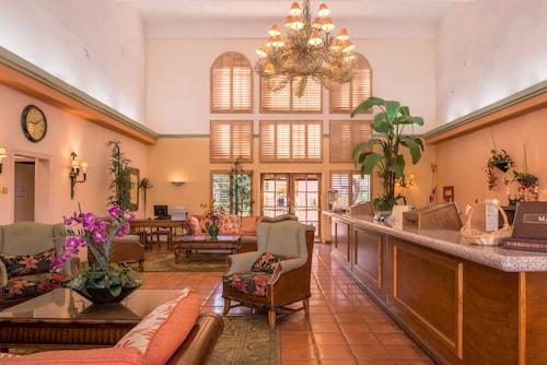 . La Fuente Inn & Suites