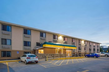 Super 8 by Wyndham Iowa City/Coralville photo