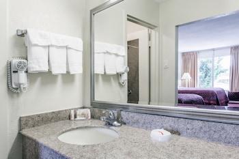 Days Inn by Wyndham Melbourne - Bathroom  - #0