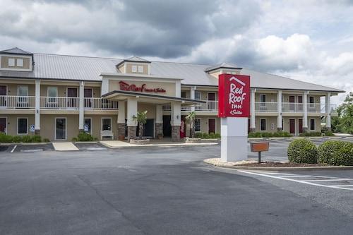 . Red Roof Inn & Suites Calhoun