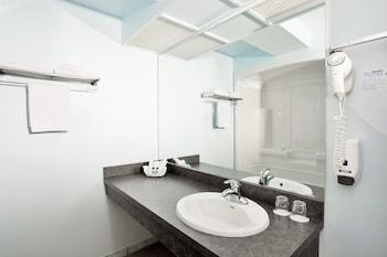 Airport Hotel Mara - Bathroom  - #0