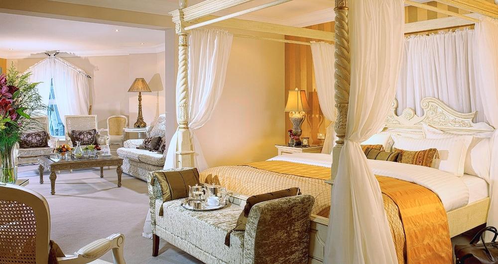 https://i.travelapi.com/hotels/1000000/60000/54900/54834/6e7658ae_z.jpg
