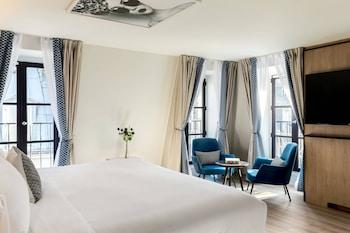 Suite, 1 King Bed, Non Smoking, Corner (Parisian)