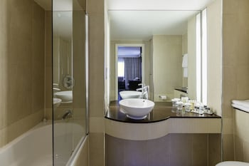 DoubleTree by Hilton London Heathrow Airport - Bathroom  - #0