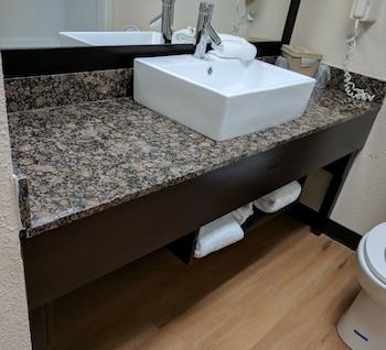 Red Roof PLUS+ & Suites Opelika - Bathroom  - #0
