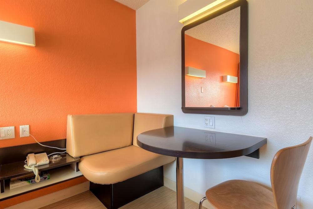 Premium Room, 1 Queen Bed, Refrigerator (Deluxe)