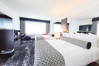 Deluxe Room, 2 Queen Beds, Poolside