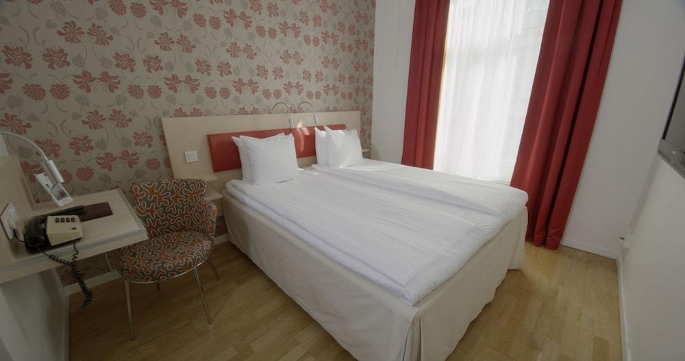 https://i.travelapi.com/hotels/1000000/600000/598300/598285/1e41566e_z.jpg