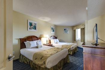 Guestroom at Carolinian Beach Resort by Oceana Resorts in Myrtle Beach