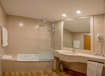TRYP Covilha Dona Maria Hotel - Bathroom  - #0