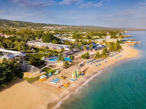 . Jewel Runaway Bay Beach Resort & Waterpark - All Inclusive