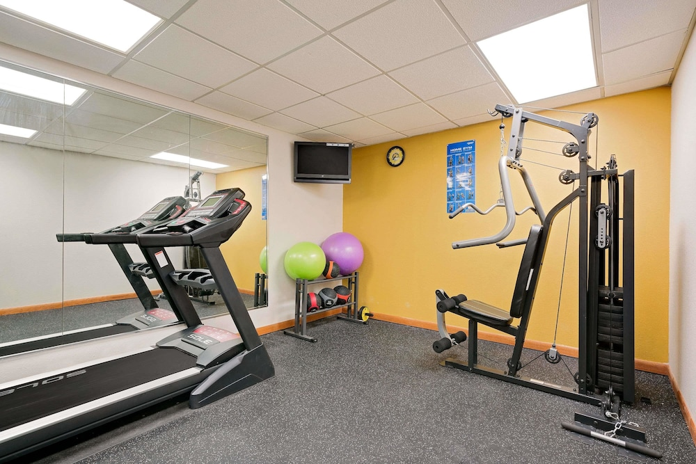 Health and Fitness : Fitness Facility 16 of 67