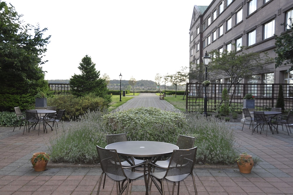Hotel Exterior : Courtyard 1 of 71