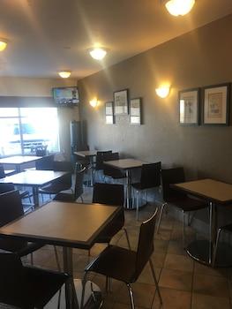 Super 8 Vermilion AB - Breakfast Area  - #0