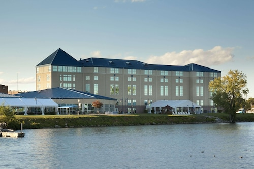 . Ramada Plaza by Wyndham Geneva Lakefront Resort