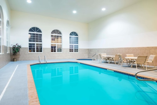 . Howard Johnson Hotel & Suites by Wyndham Oacoma
