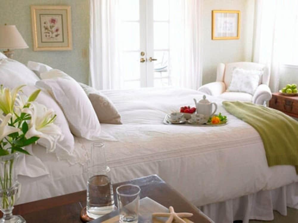 https://i.travelapi.com/hotels/1000000/70000/62600/62552/2b9cba94_z.jpg