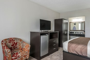 Guestroom at Quality Inn & Suites Kissimmee by The Lake in Kissimmee