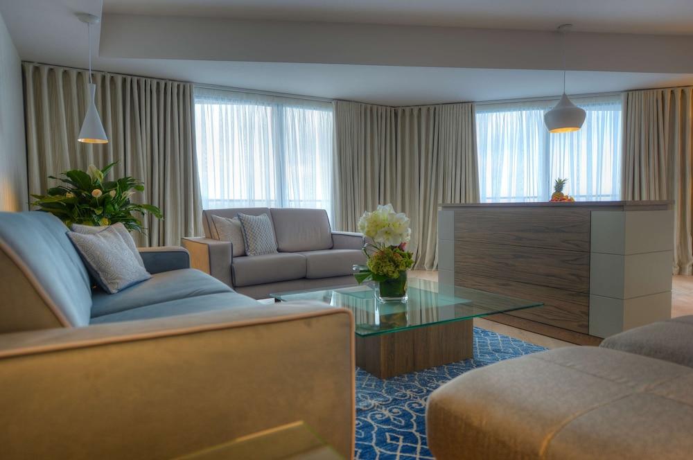 https://i.travelapi.com/hotels/1000000/70000/63600/63558/0932d8e7_z.jpg