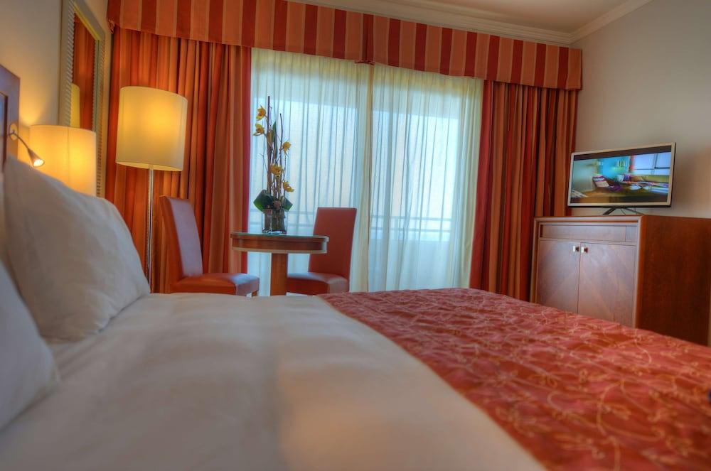 https://i.travelapi.com/hotels/1000000/70000/63600/63558/2148110f_z.jpg