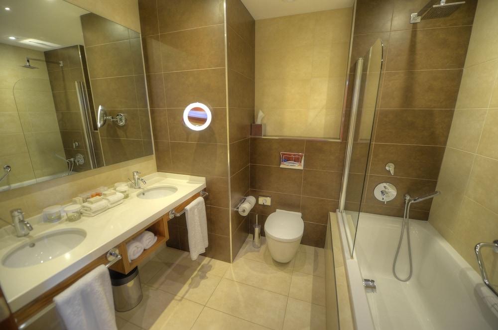 https://i.travelapi.com/hotels/1000000/70000/63600/63558/42105d22_z.jpg