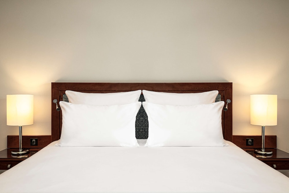 https://i.travelapi.com/hotels/1000000/70000/63600/63558/78bf75b6_z.jpg