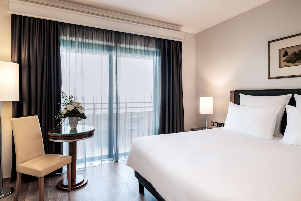 https://i.travelapi.com/hotels/1000000/70000/63600/63558/8c728695_z.jpg