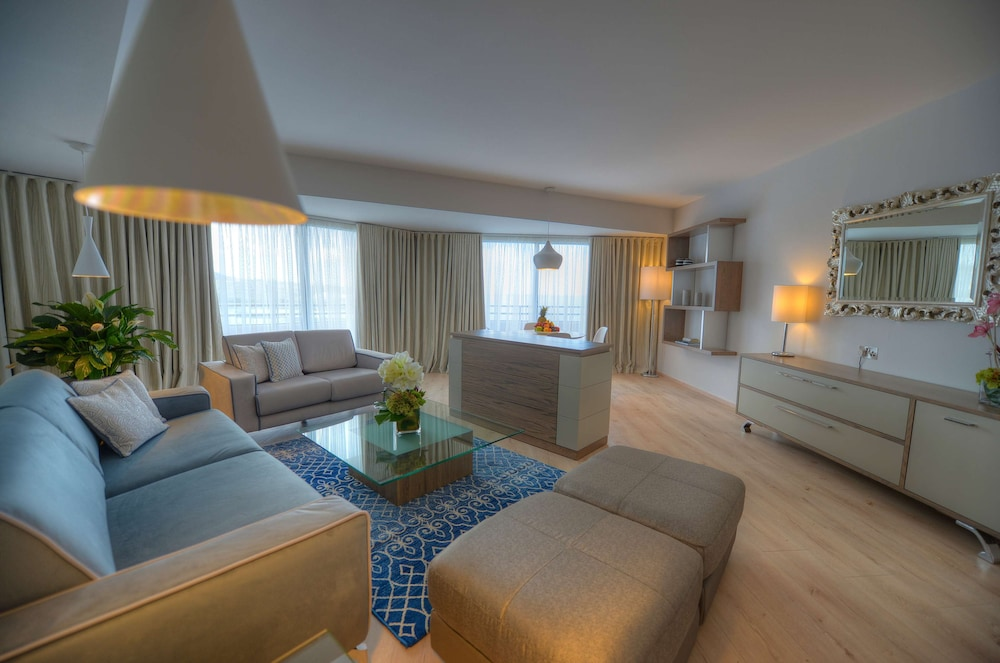 https://i.travelapi.com/hotels/1000000/70000/63600/63558/93ae9b76_z.jpg